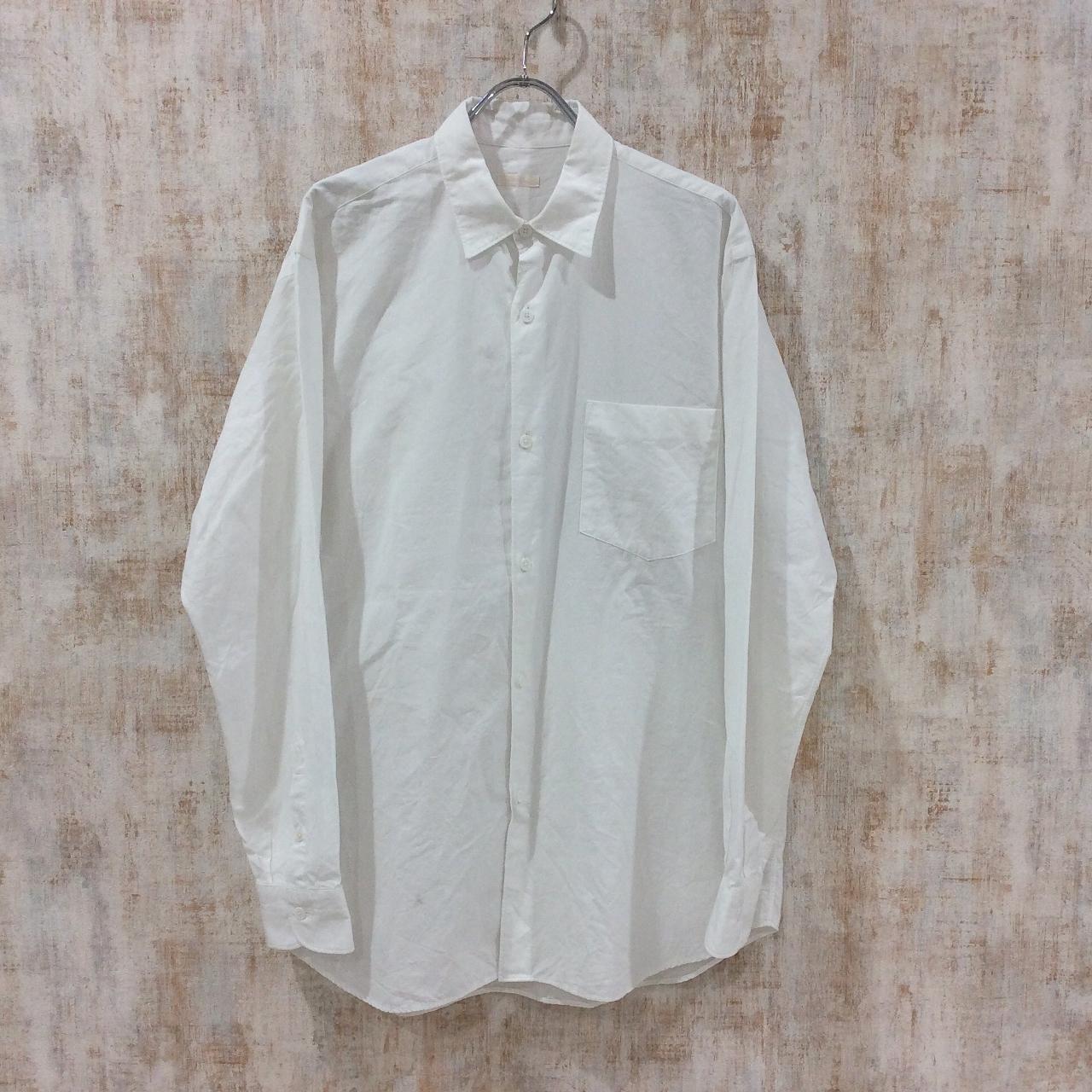コモリのプレーンな白いシャツ