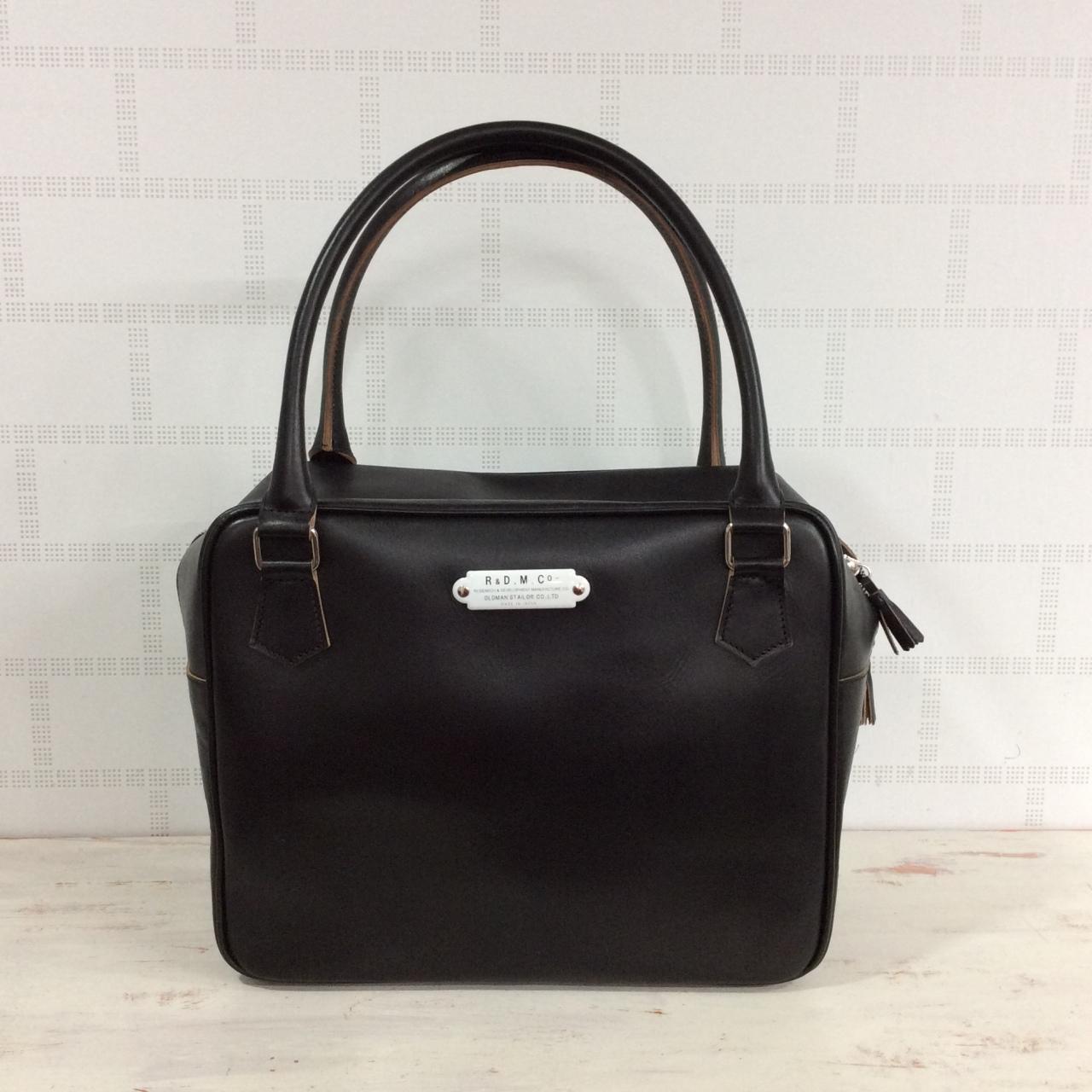 オールドマンズテーラーのレザー素材のバッグ