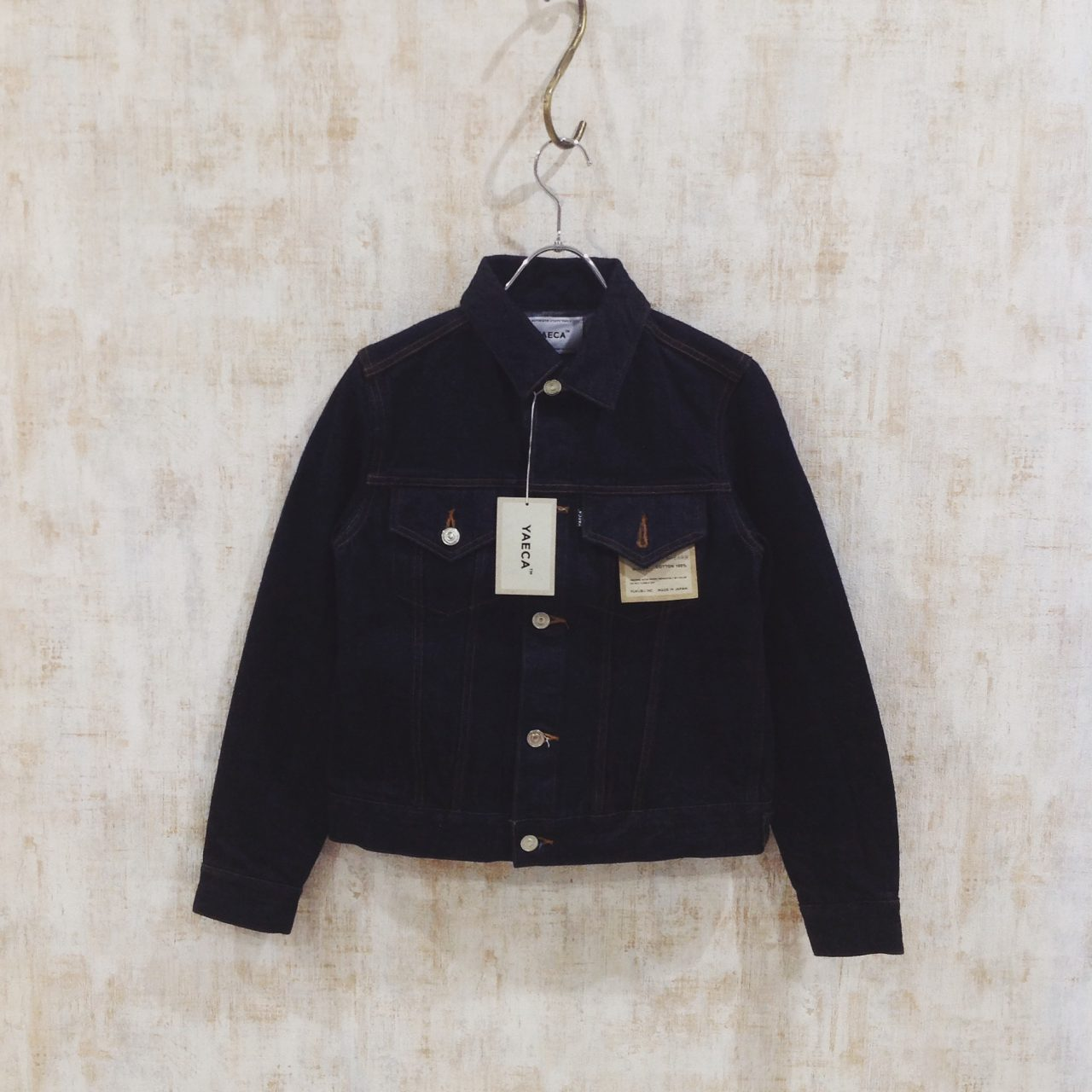 YAECAのシンプルなデザインのデニムジャケット