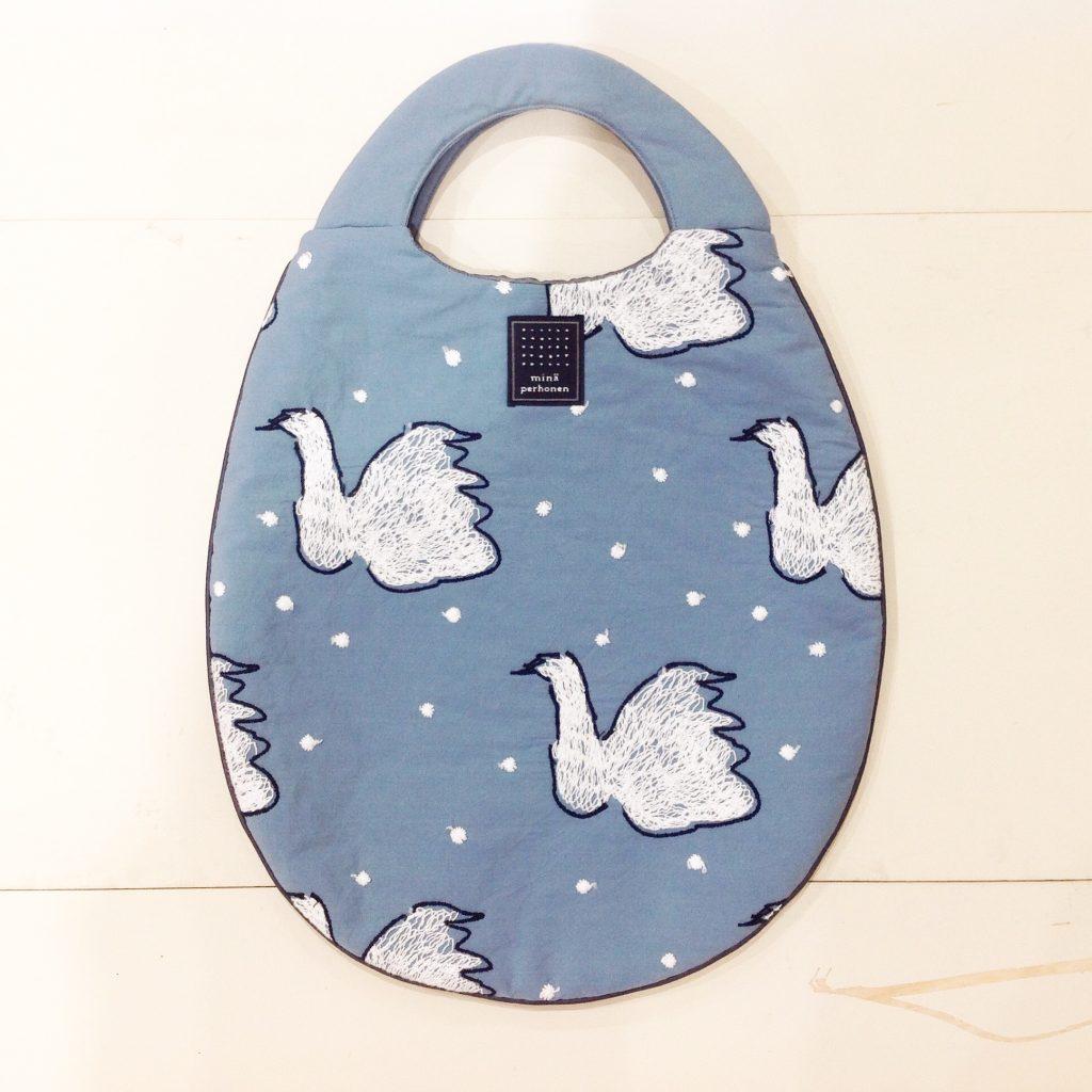 ミナペルホネンのswan柄のエッグバッグ