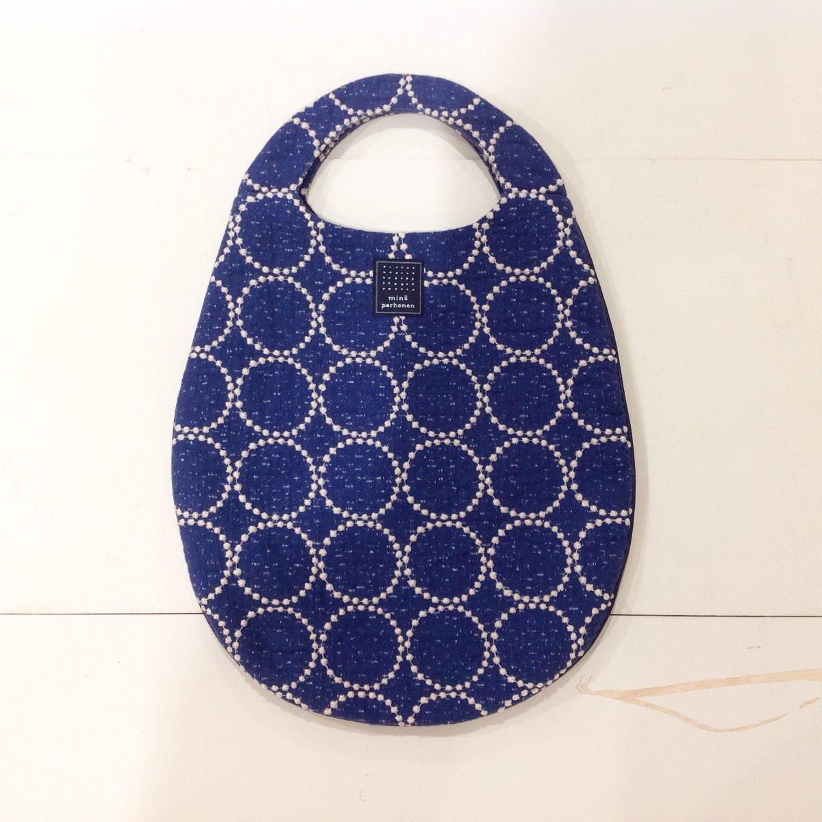 ミナペルホネンの人気テキスタイル「tambourine」のエッグバッグ