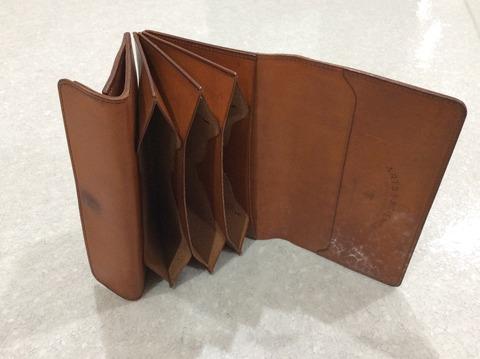 アーツ&サイエンスのレザーに風合いが出てきた状態の財布