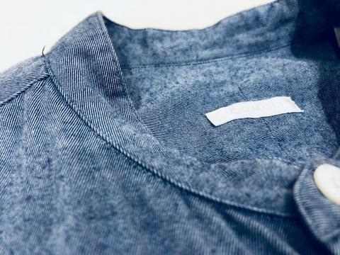 コモリのバンドカラーシャツ