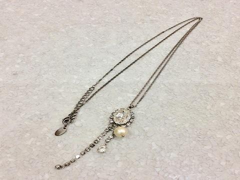 プティローブノアのクリスタルネックレス