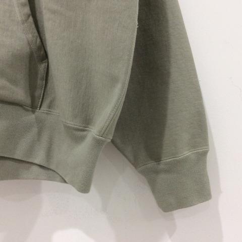 オーラリーのSUPER MILED SWAETの袖部分