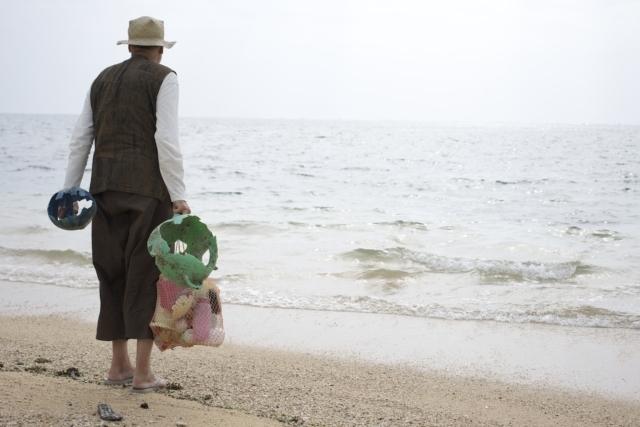 海でごみを集めるヨーガンレールさん